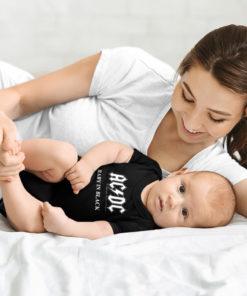 """Une mère et son bébé portant un body ACDC """"Baby in black"""" de couleur noir"""