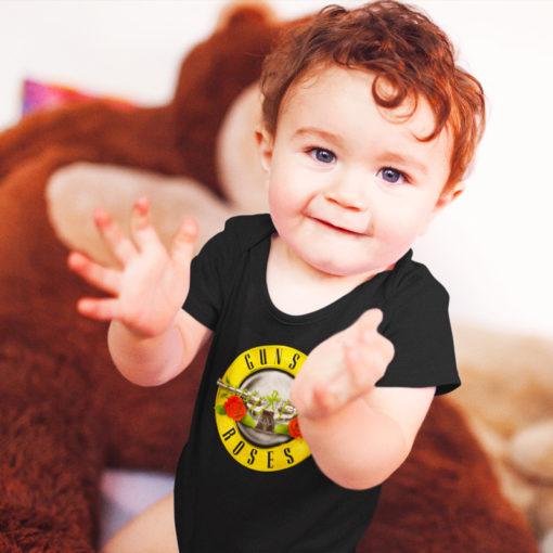 Bébé portant un body Guns 'n Roses noir