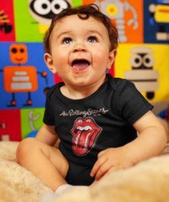 Bébé portant un body Rolling Stones noir