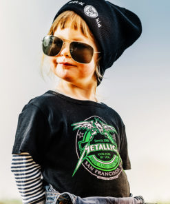 Enfant portant un bonnet Rock et un t-shirt Metallica