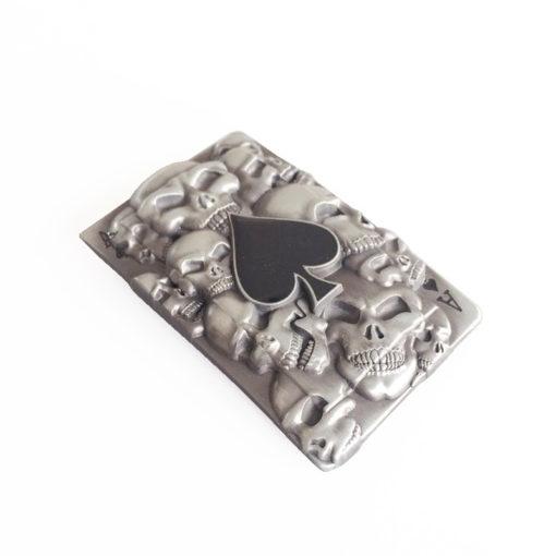 Boucle de ceinture en forme de carte à jouer (as de pique) avec des crânes en relief