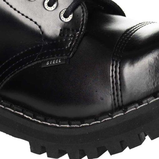 Chaussures coquées noires (gros plan)