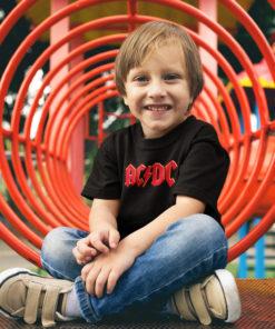 Petit garçon portant un t-shirt ACDC pour enfant
