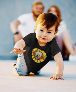 Bébé marchant à 4 pattes portant un t-shirt Guns 'n Roses noir