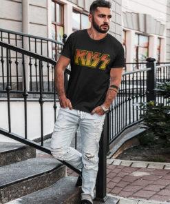 Homme portant un T-shirt Kiss noir