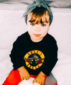 Fillette portant un t-shirt Guns'n Roses à manches longues de couleur noire