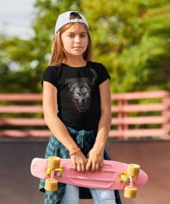 Petite skateuse portant un t-shirt Powerwolf de couleur noire avec une tête de loup