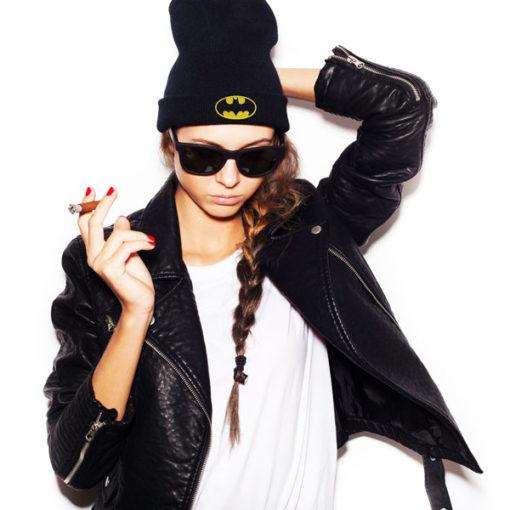 Femme portant un bonnet batman