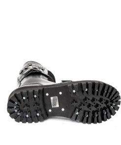 Semelle de la paire de boots coquées noires avec des crânes