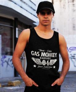Homme portant un débardeur Gas Monkey Garage noir avec des ailes