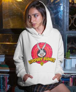 Femme portant un Sweat à capuche Looney Tunes blanc (avec le lapin Bugs Bunny)