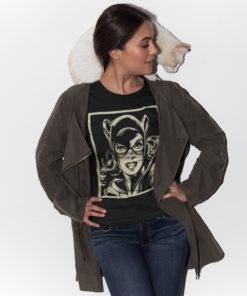 Une femme avec un chat et qui porte un T-shirt Catwoman noir