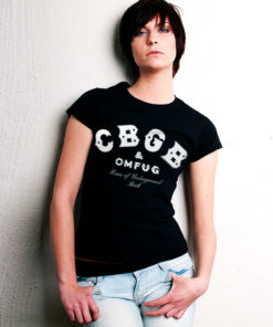 Femme portant un T-shirt CBGB & OMFUG noir