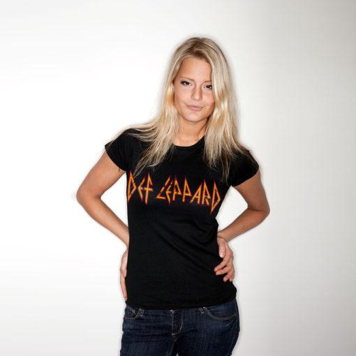 Femme portant un t-shirt du groupe de Rock Def Leppard