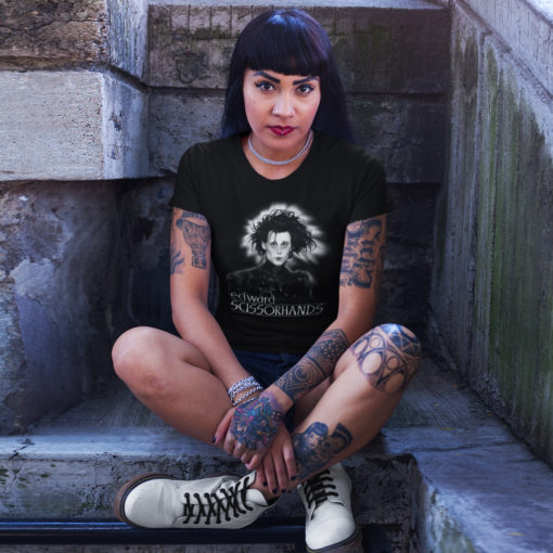 Femme portant un t-Shirt Edward aux mains d'argent