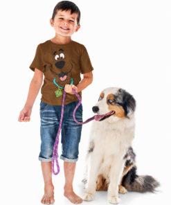 T-shirt scoobidou porté par un enfant qui tient un chien en laisse