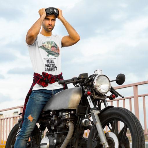Homme a moto portant un T-shirt Full Metal Jacket blanc