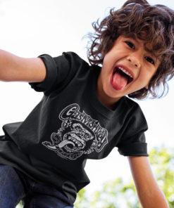 Petit garçon portant un T-shirt Gas Monkey (avec le logo en tête de singe)