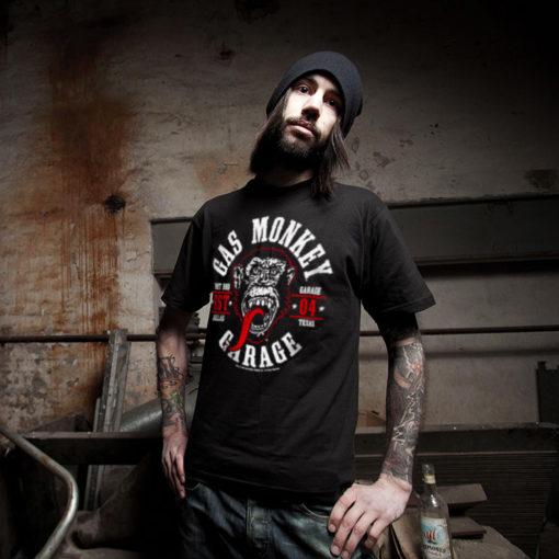 Homme portant un t-shirt Gas Monkey Garage noir