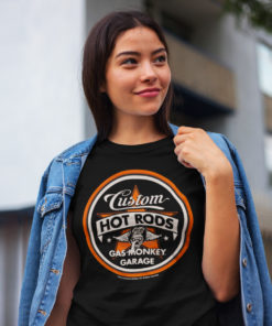 Femme portant un t-shirt Gas Monkey Garage Hot Rods noir et orange