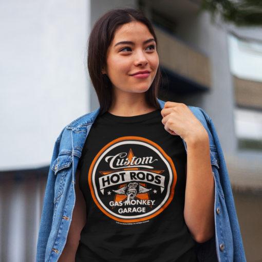 Femme portant un t-shirt Gas Monkey Garage Hot Rods noir et orange