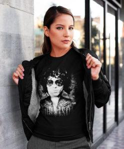 Femme portant une veste en cuir noire et un t-shirt Jim Morrison noir