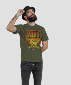Homme avec un chapeau portant un t-shirt rock Kiss Army de couleur kaki