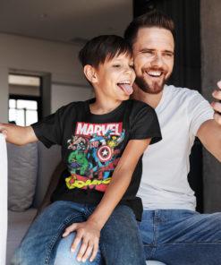 Un père et son fils portant un t-shirt Marvel pour enfant de couleur noire