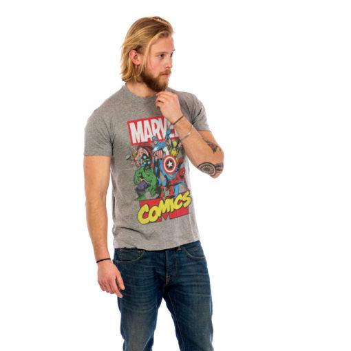 Homme portant un t-shirt avec les super heros Marvel Comics gris