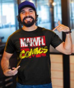 Homme portant un t-shirt Marvel Comics de couleur noire