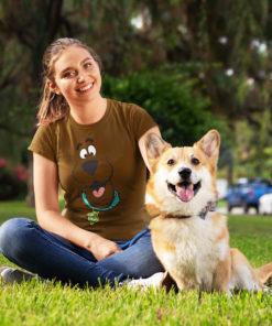 Femme avec son chien portant un T-shirt Scoubidou marron