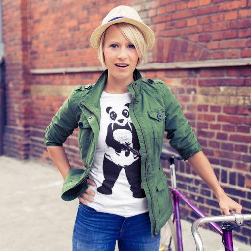 Femme portant un t-shirt Suicide Squad blanc avec un panda