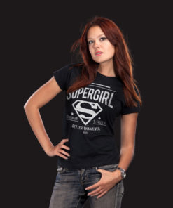 Femme portant un t-shirt Supergirl noir