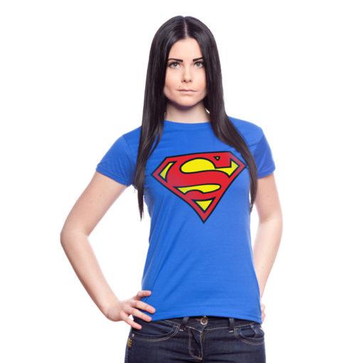 Femme portant un t-shirt bleu avec le logo S de Superman