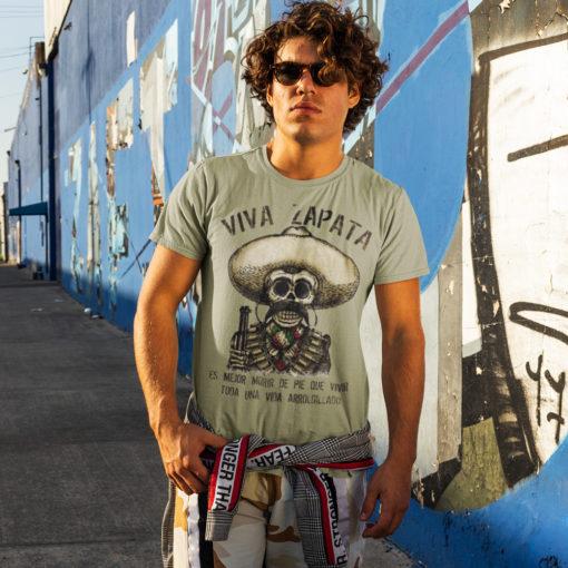 Homme portant un t-shirt Viva Zapata kaki