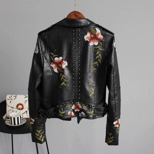 Veste rock pour femme noire en simili cuir avec broderies florales (de dos)