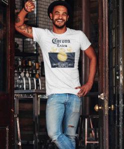 Homme dans un bar portant un t-shirt Corona Extra