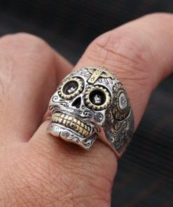 Bague tête de mort mexicaine en argent sur un doigt