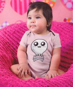 """Jolie petite fille portant un body bébé rose avec une tête de mort """"so cute"""""""
