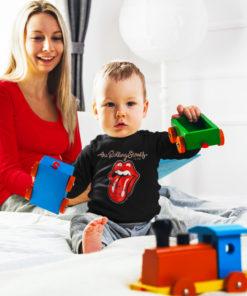 Une maman et son bébé portant un t-shirt des Rolling Stones à manches longues noir