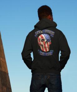 Homme de dos portant une veste Live free or die avec un crâne