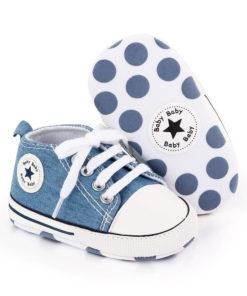Chaussures en tissus jeans pour bébé de couleur bleue