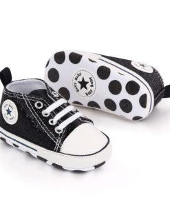 Chaussures brillantes noires pour bébé