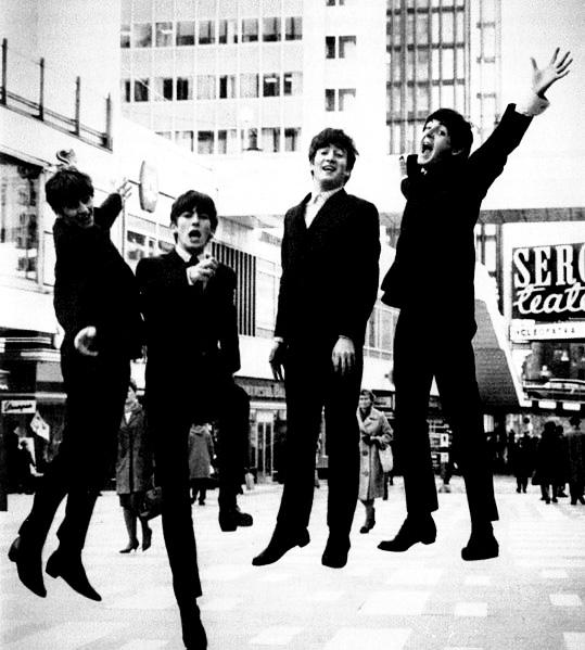 Le groupe de rock les Beatles en 1963 et leurs fameux costumes noirs