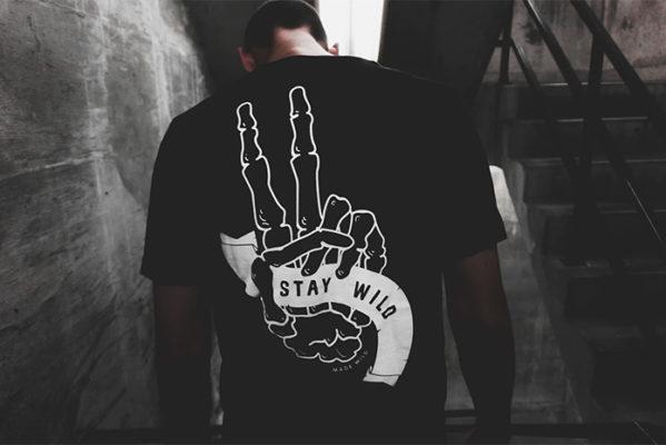 Homme au look punk rock portant un t-shirt noir