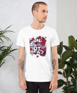 Homme portant un t-shirt Punk is not dead de couleur blanc